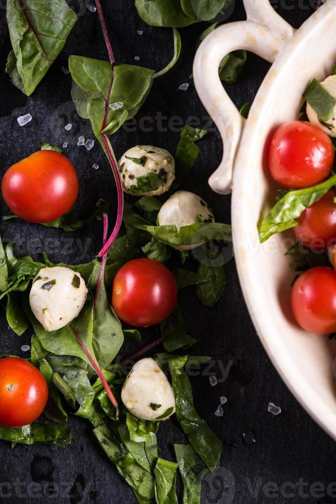 dieetsalade, verse tomaat en mozzarella foto