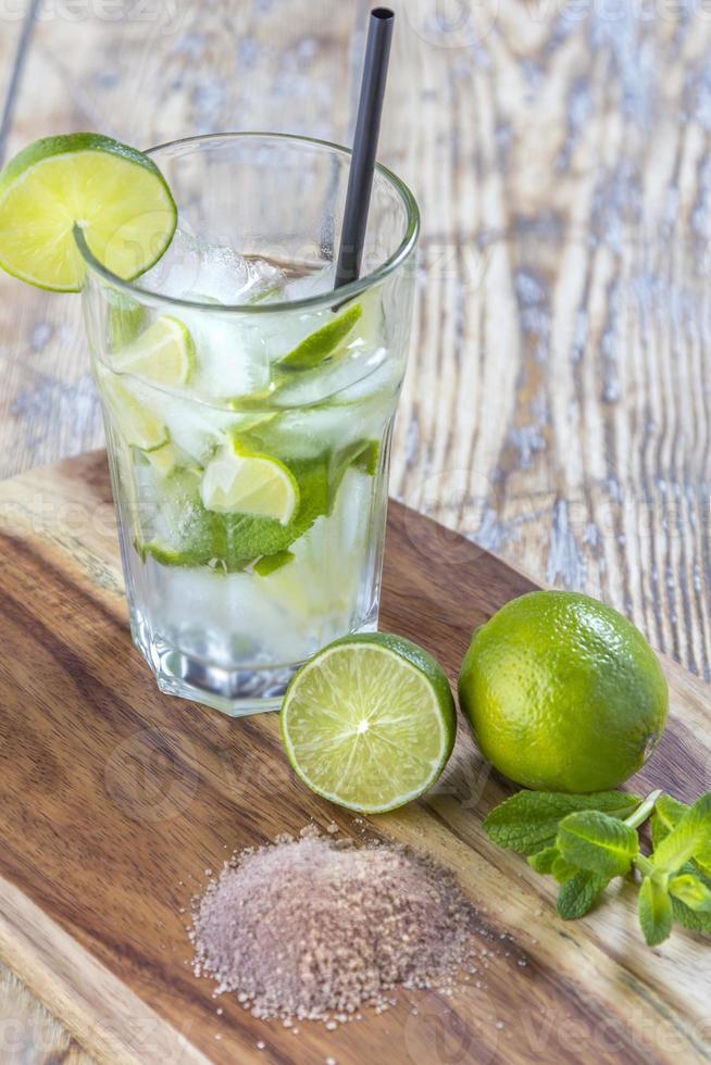 mojito cocktail op houten tafel foto