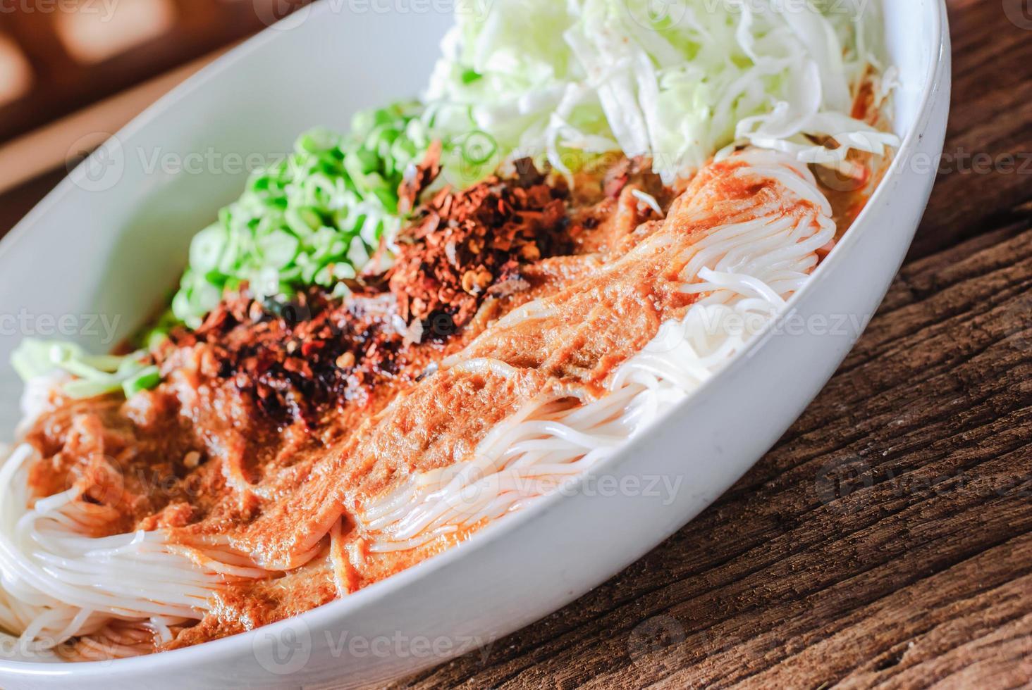 Thaise rijstvermicelli geserveerd met curry foto