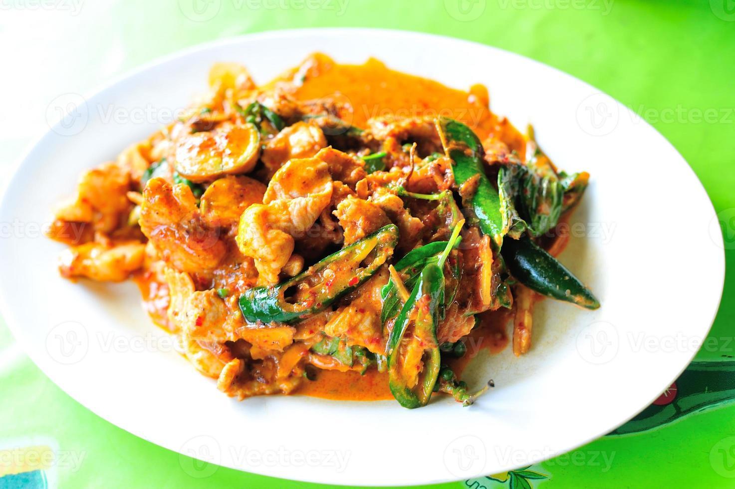 pittig roergebakken varkensvlees met rode curry foto