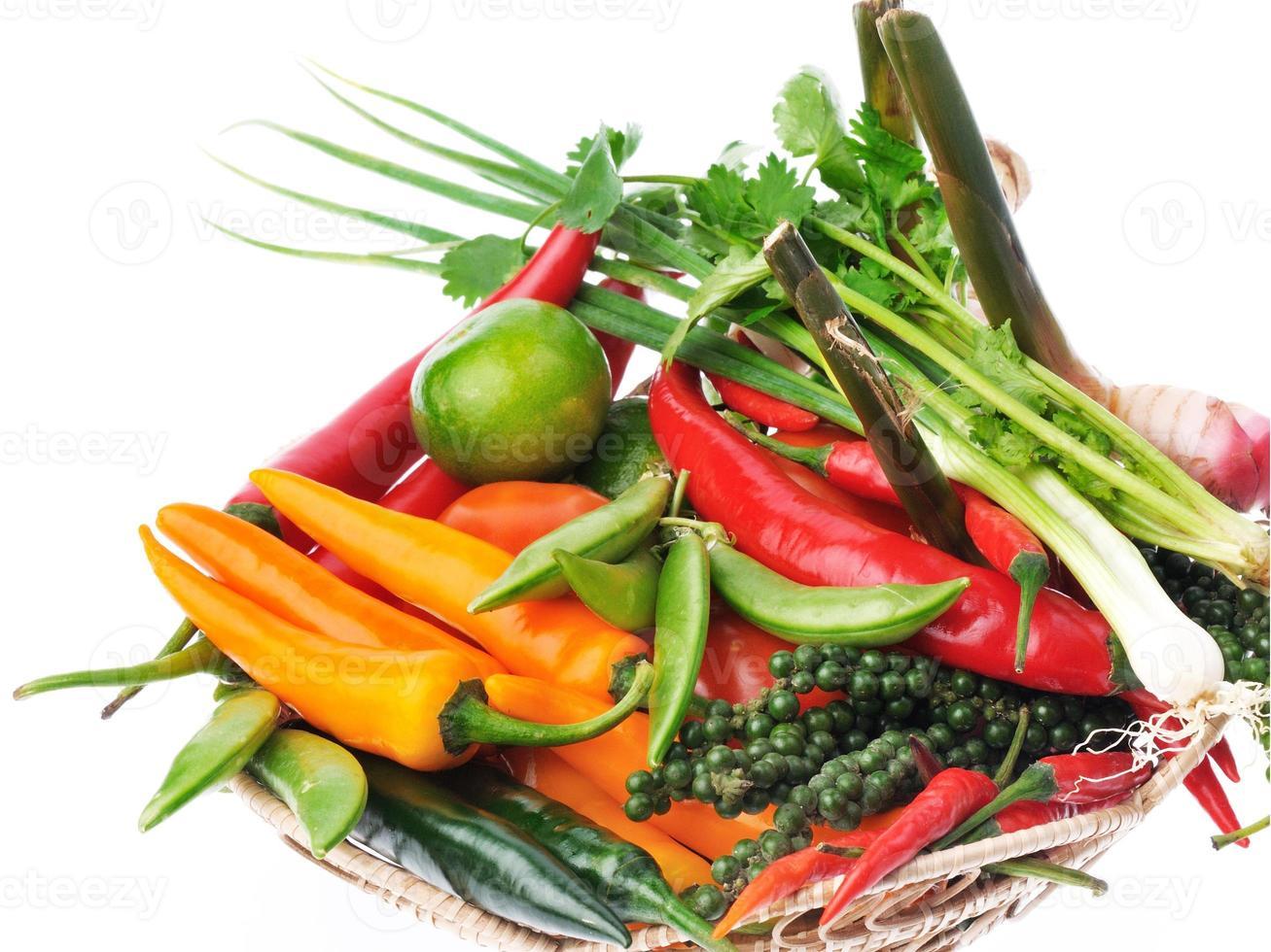 verse kruiden en specerijen geïsoleerd op een witte achtergrond foto