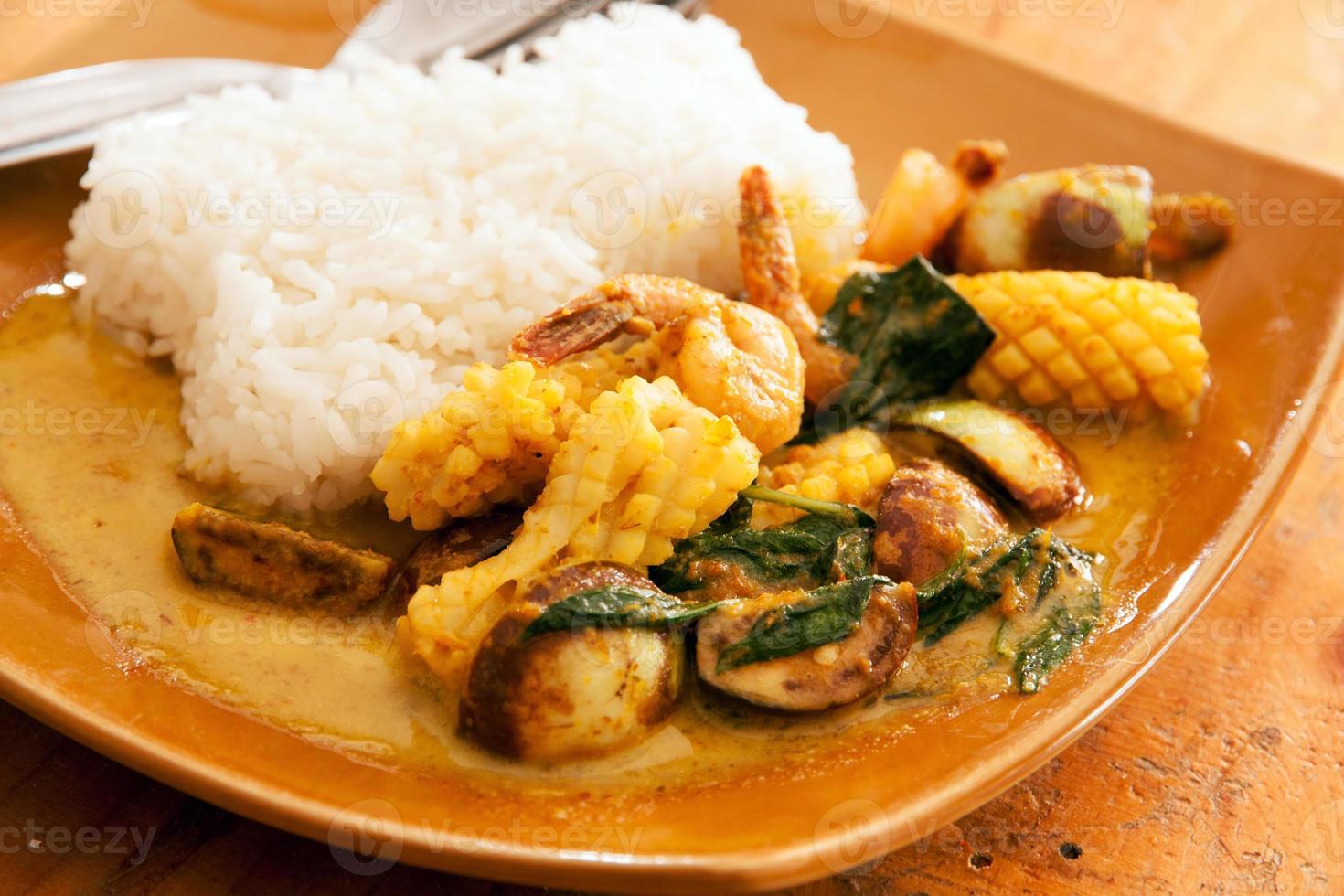 inktvis en garnalen Thaise groene curry foto