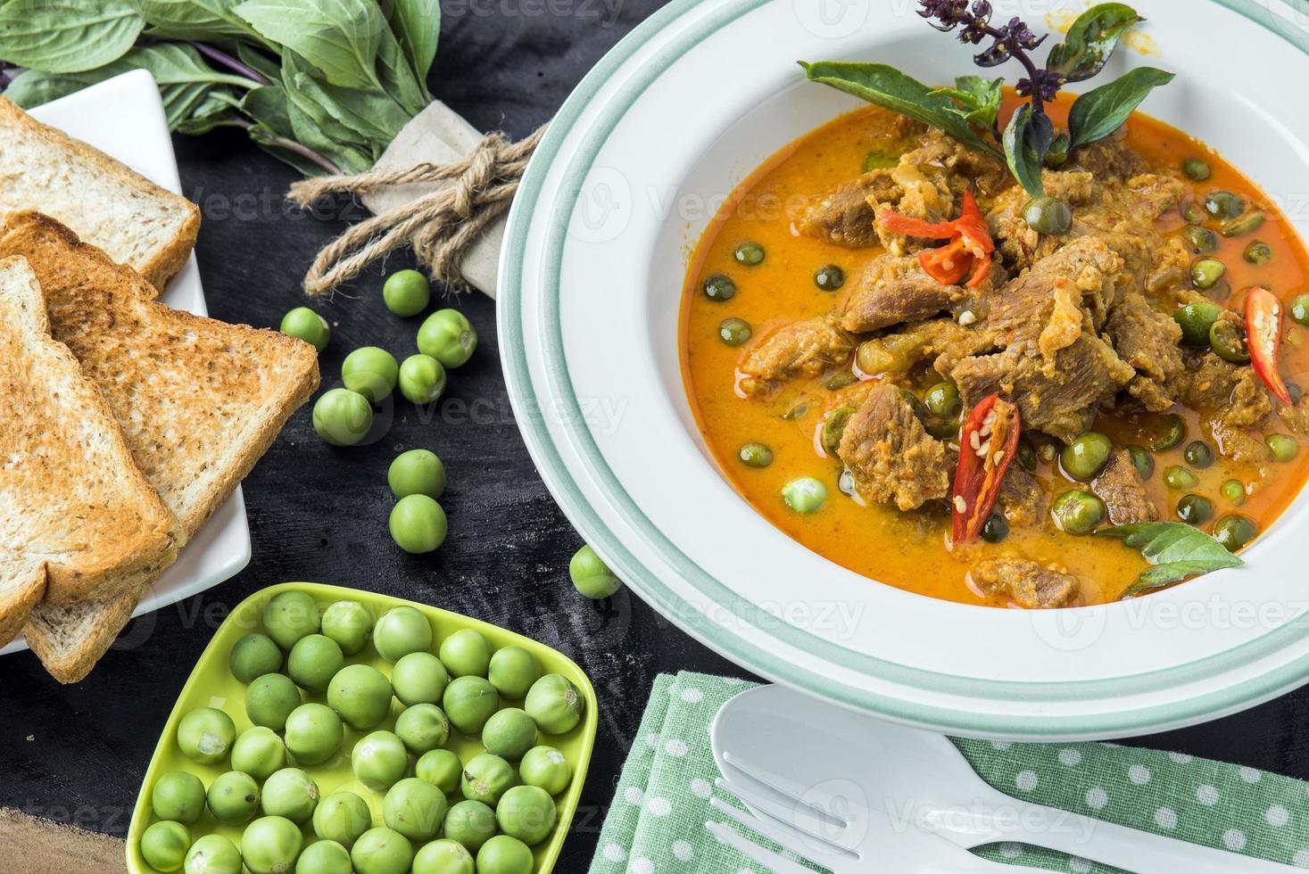 Aziatisch Thais eten - curry met varkensvlees foto