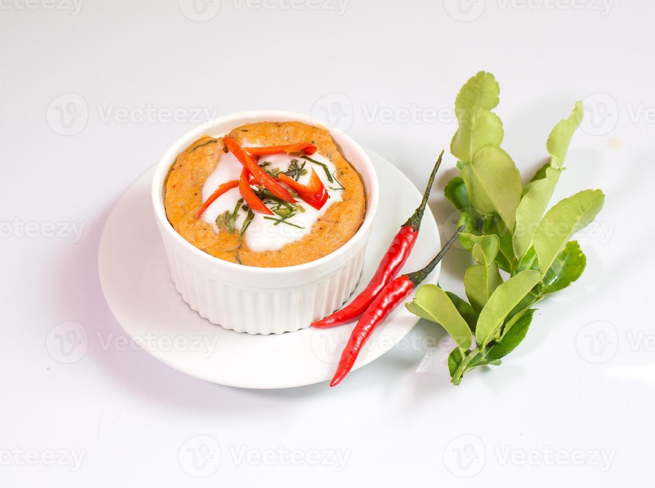 gestoomde vis met currypasta in beker, Thais eten, foto