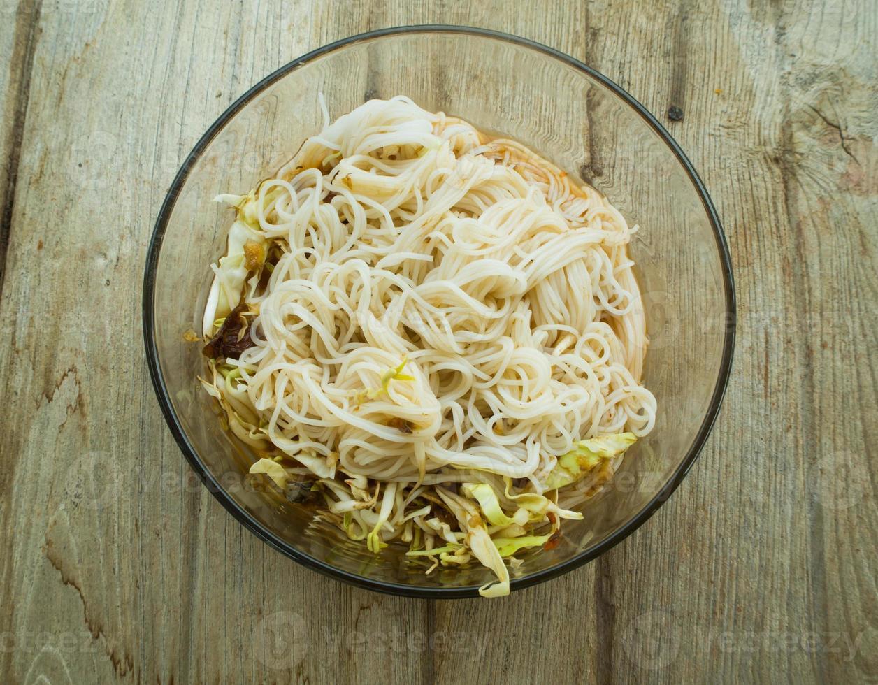 Thaise vermicelli gegeten met curry foto