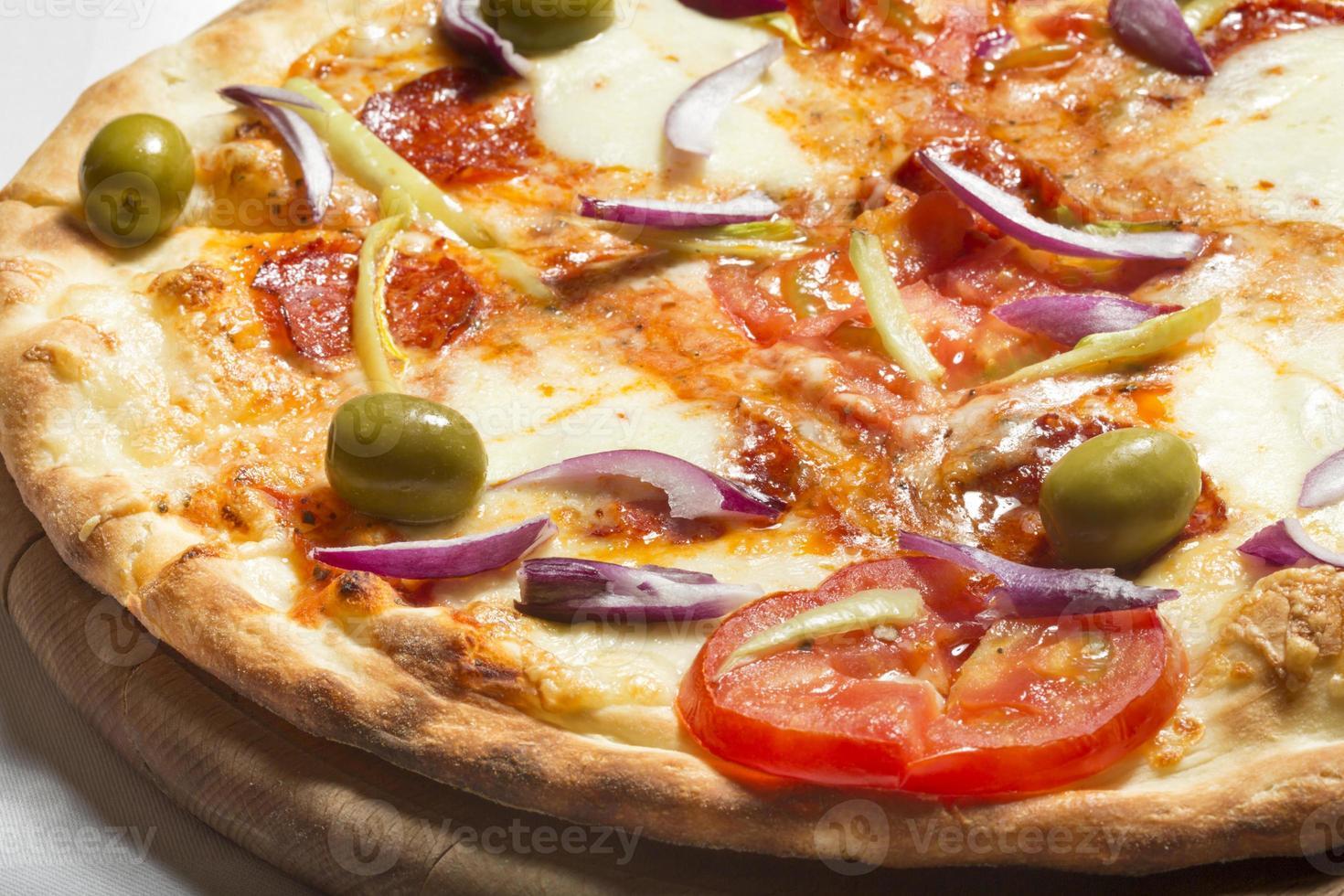 verse smakelijke pepperoni pizza met rode uien foto
