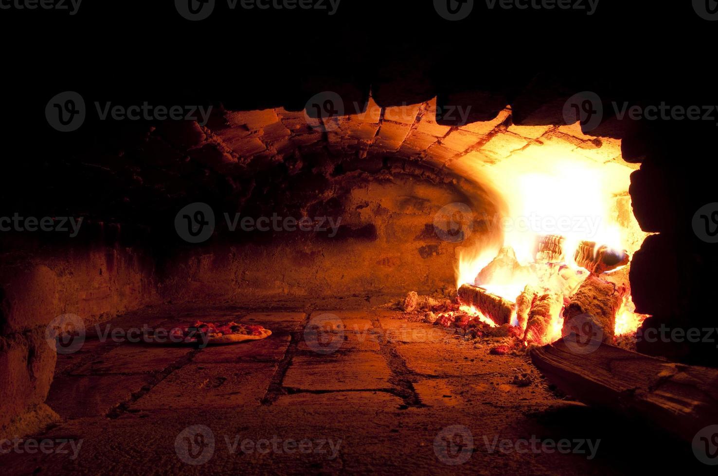 een traditionele oven voor het bakken van pizza foto
