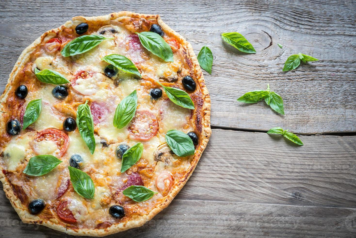 pizza op het houten bord foto