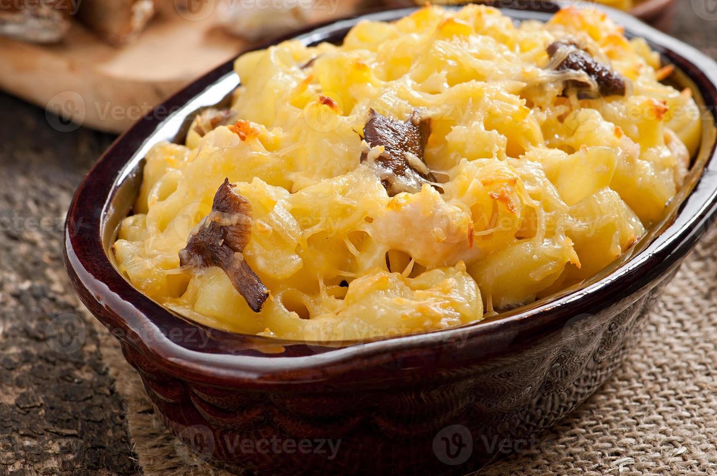 macaroni met kaas, kip en champignons gebakken in de oven foto