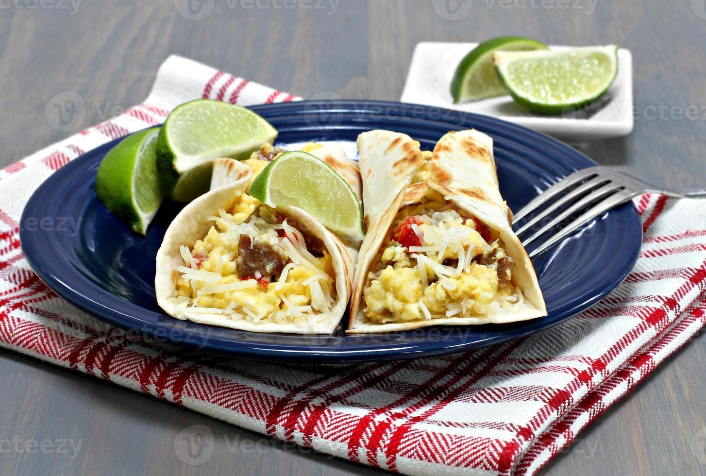 twee ontbijttaco's met chorizo, eieren en paprika. foto