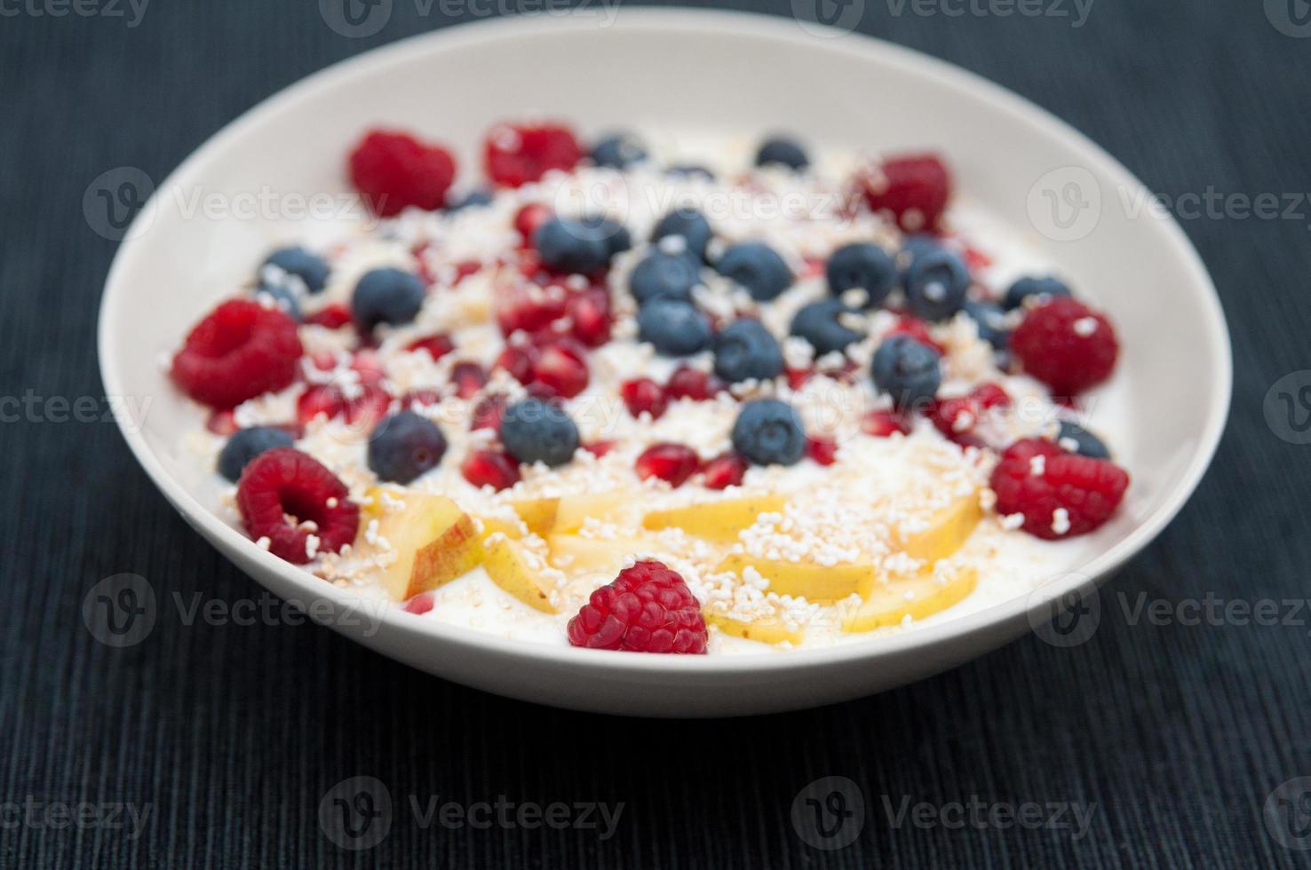 yoghurt met verse bessen en amarant foto