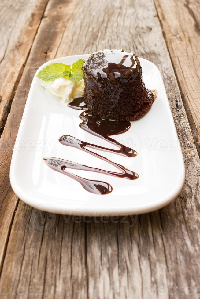 chocoladetaart met slagroom op witte plaat. foto