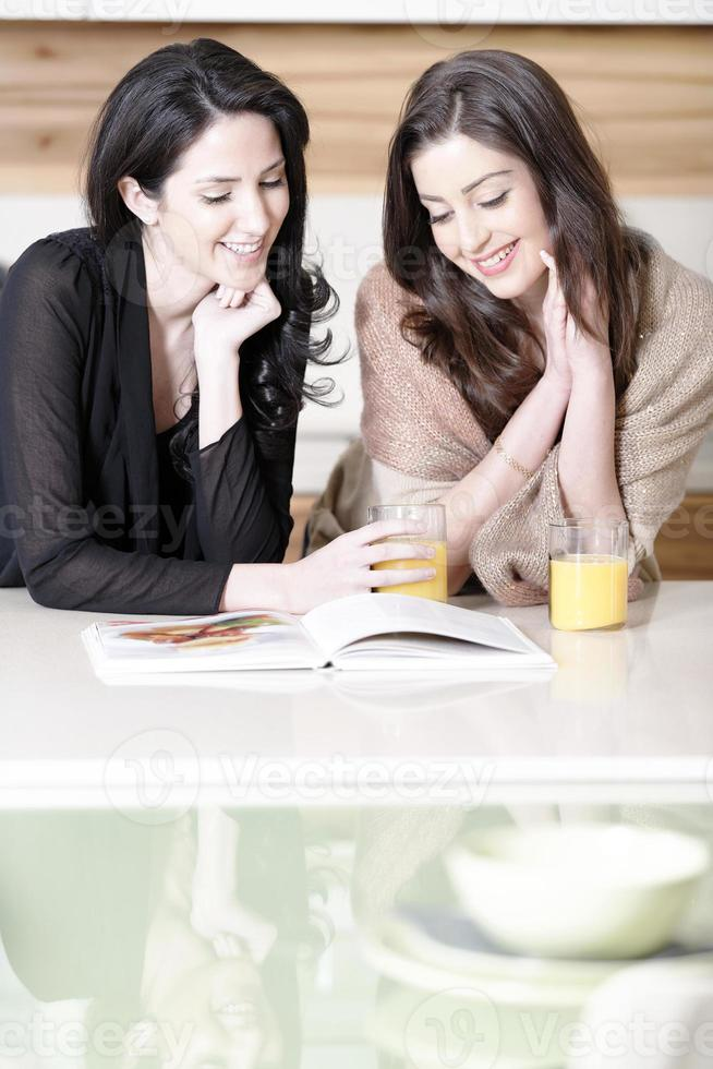 twee vrienden die recepten lezen foto