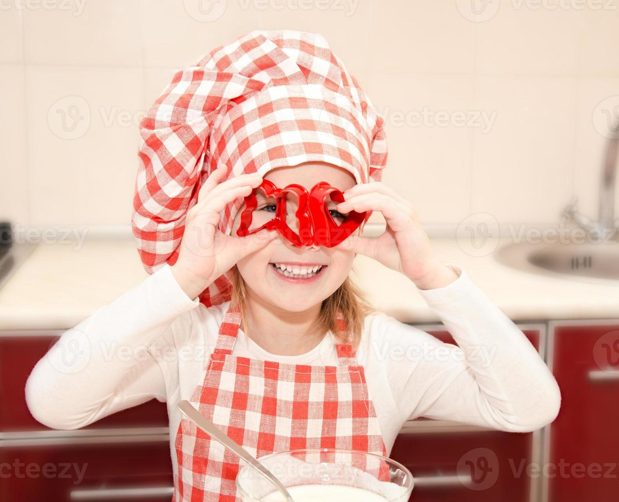 gelukkig meisje met plezier met formulier voor cookies foto