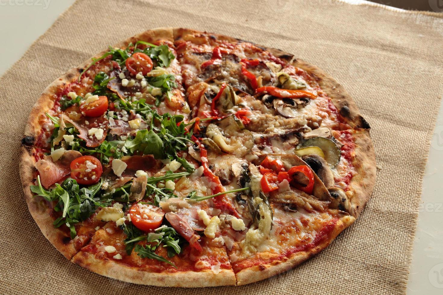 zelfgemaakte pizza met raketplant foto