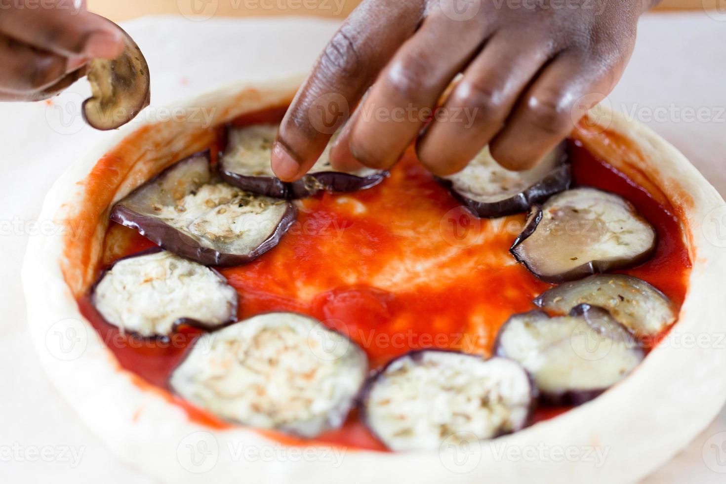het bereiden van vegetarische pizza foto