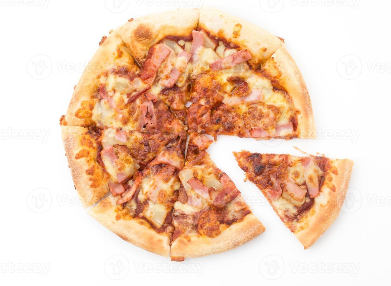 Hawaiiaanse pizza die op witte achtergrond wordt geïsoleerd foto