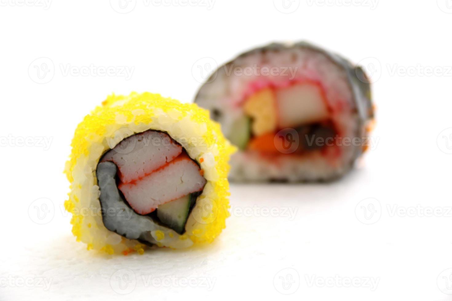 eten Japanse sushi roll op wit. foto