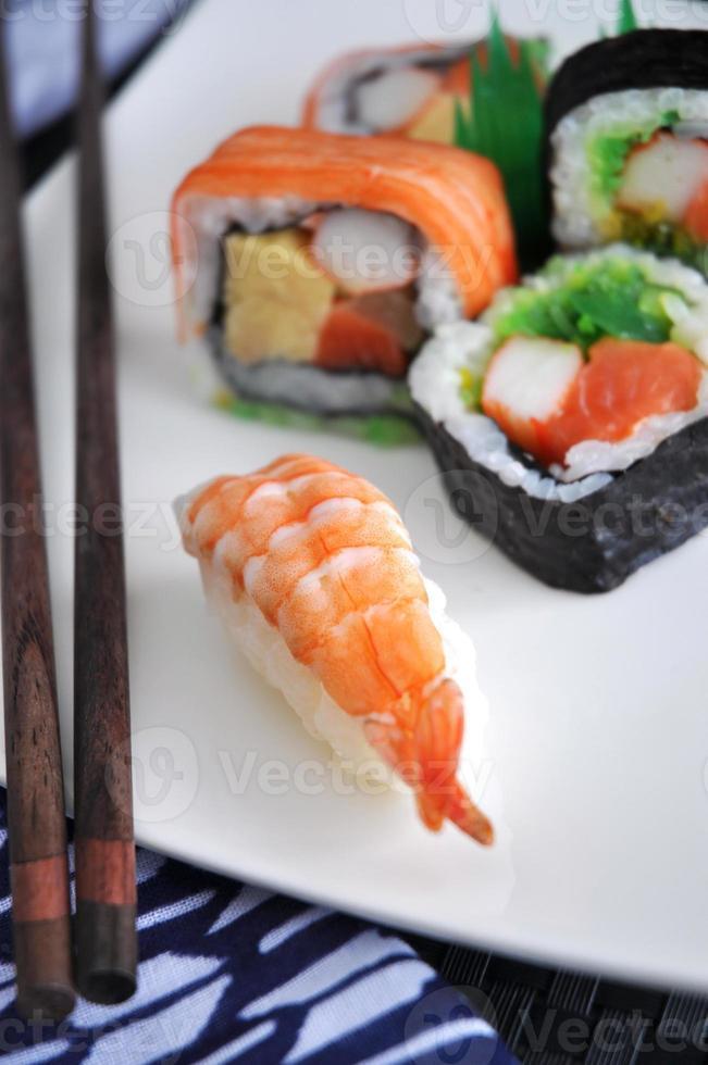 garnalen sushi op plaat foto