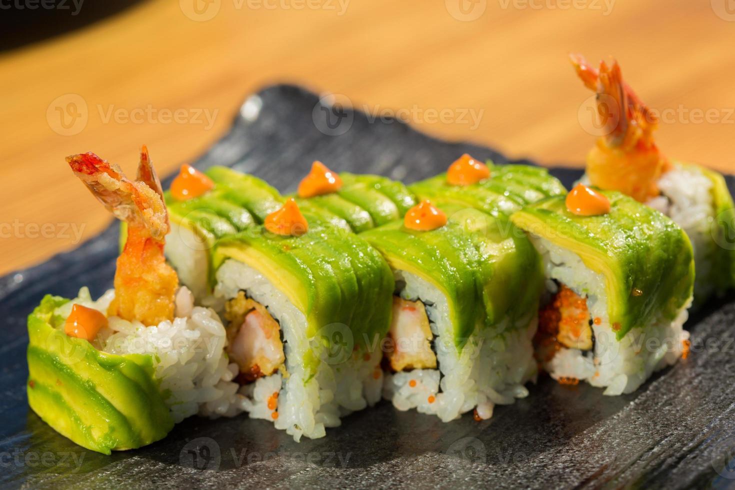biologische sushi roll met garnalen tempura in restaurant foto