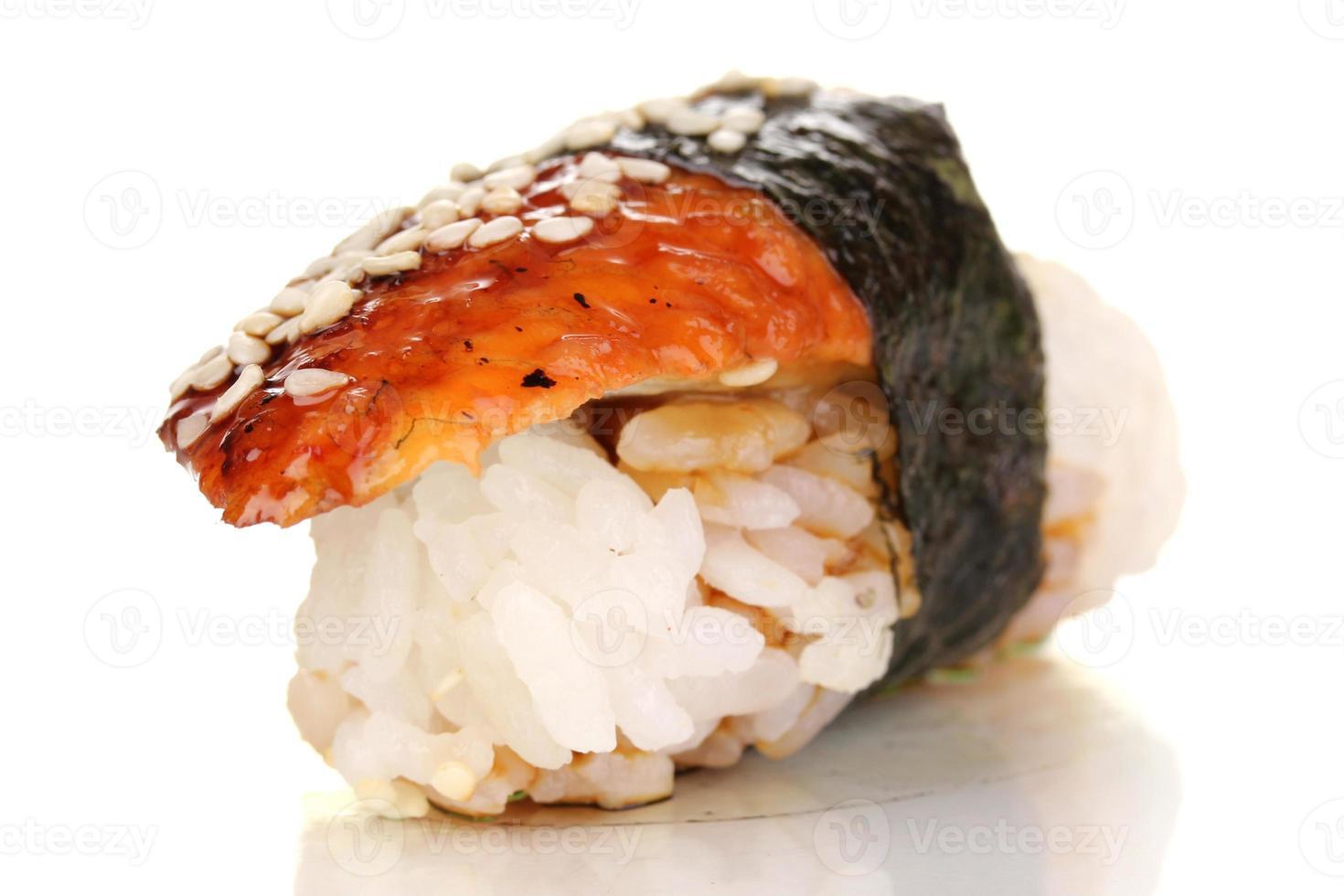 heerlijke sushi die op wit worden geïsoleerd foto