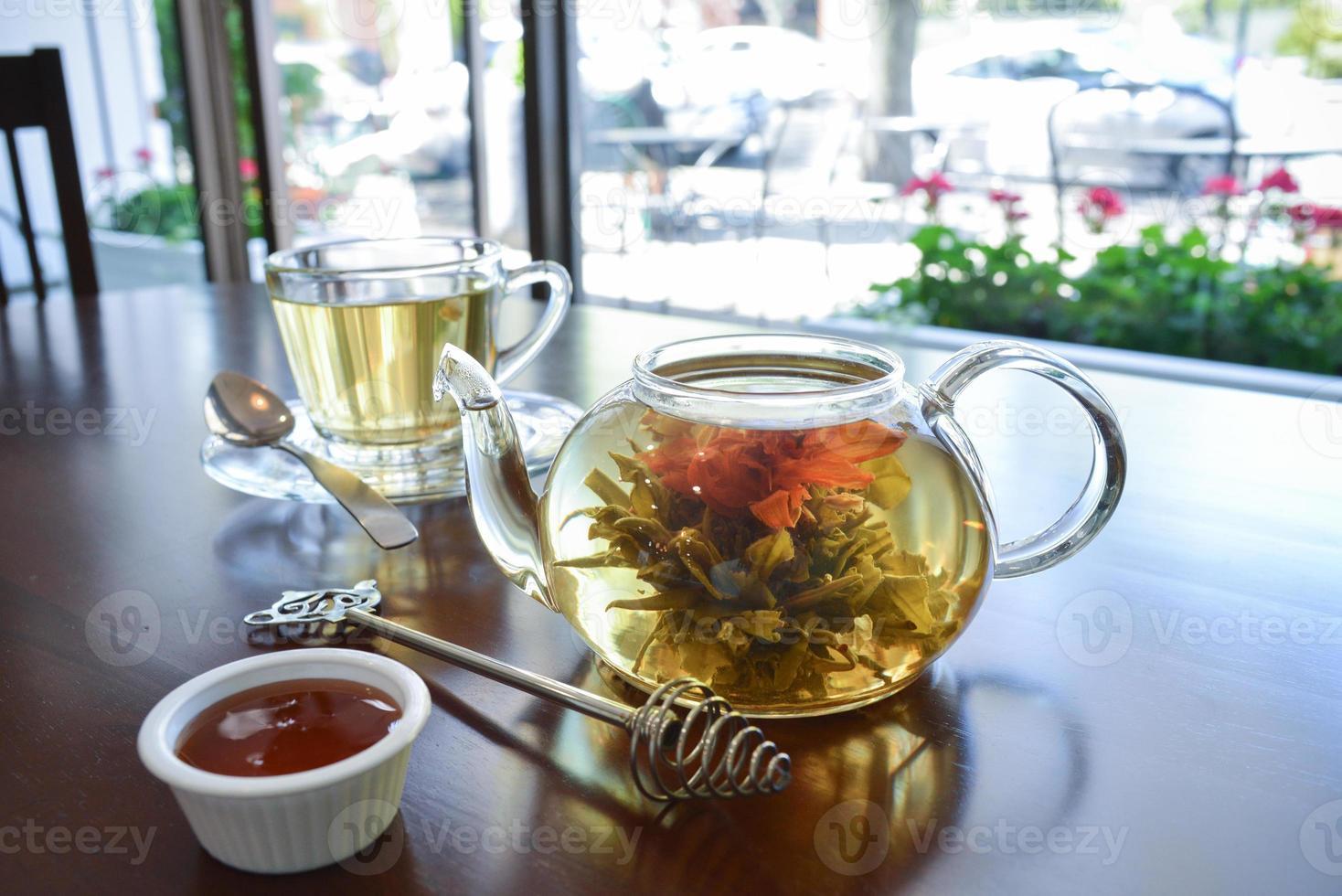 thee met drie bloemen foto