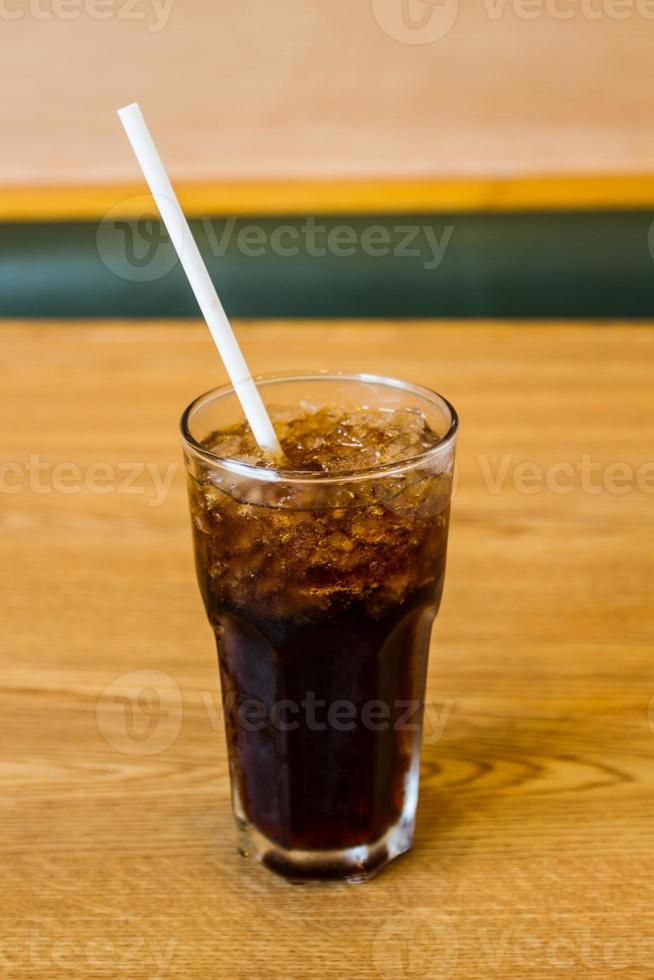 glas cola met ijsblokjes. foto
