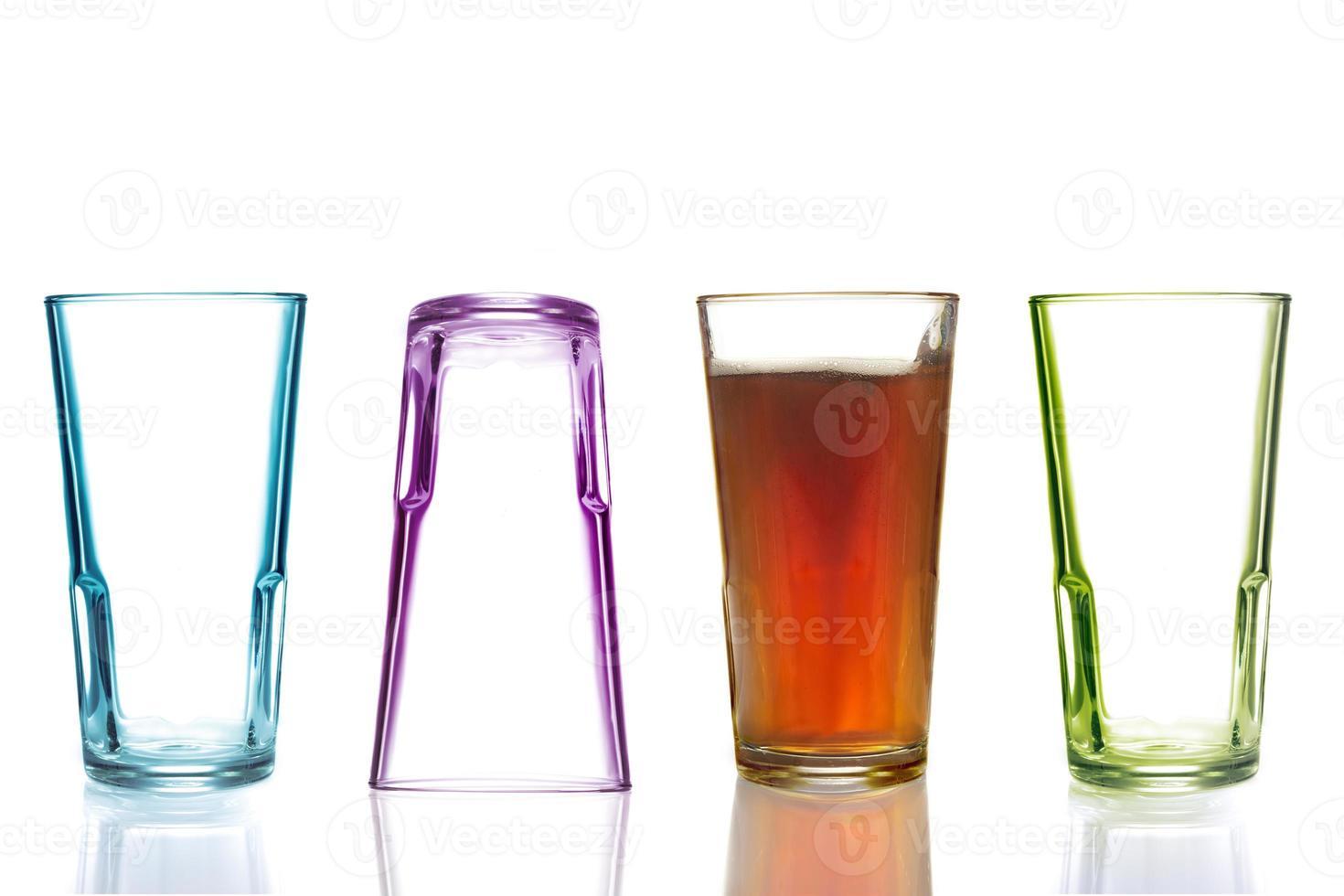 vier kleurrijke drinkglazen, waarvan één met cola foto