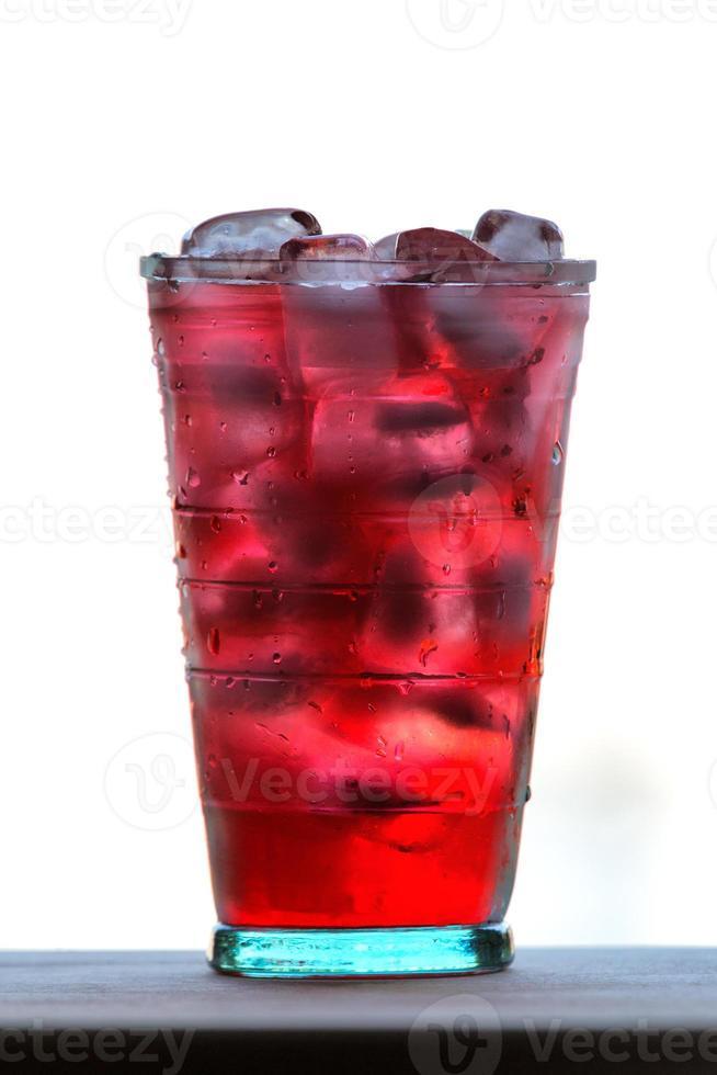 vol glas water en sap met ijs foto