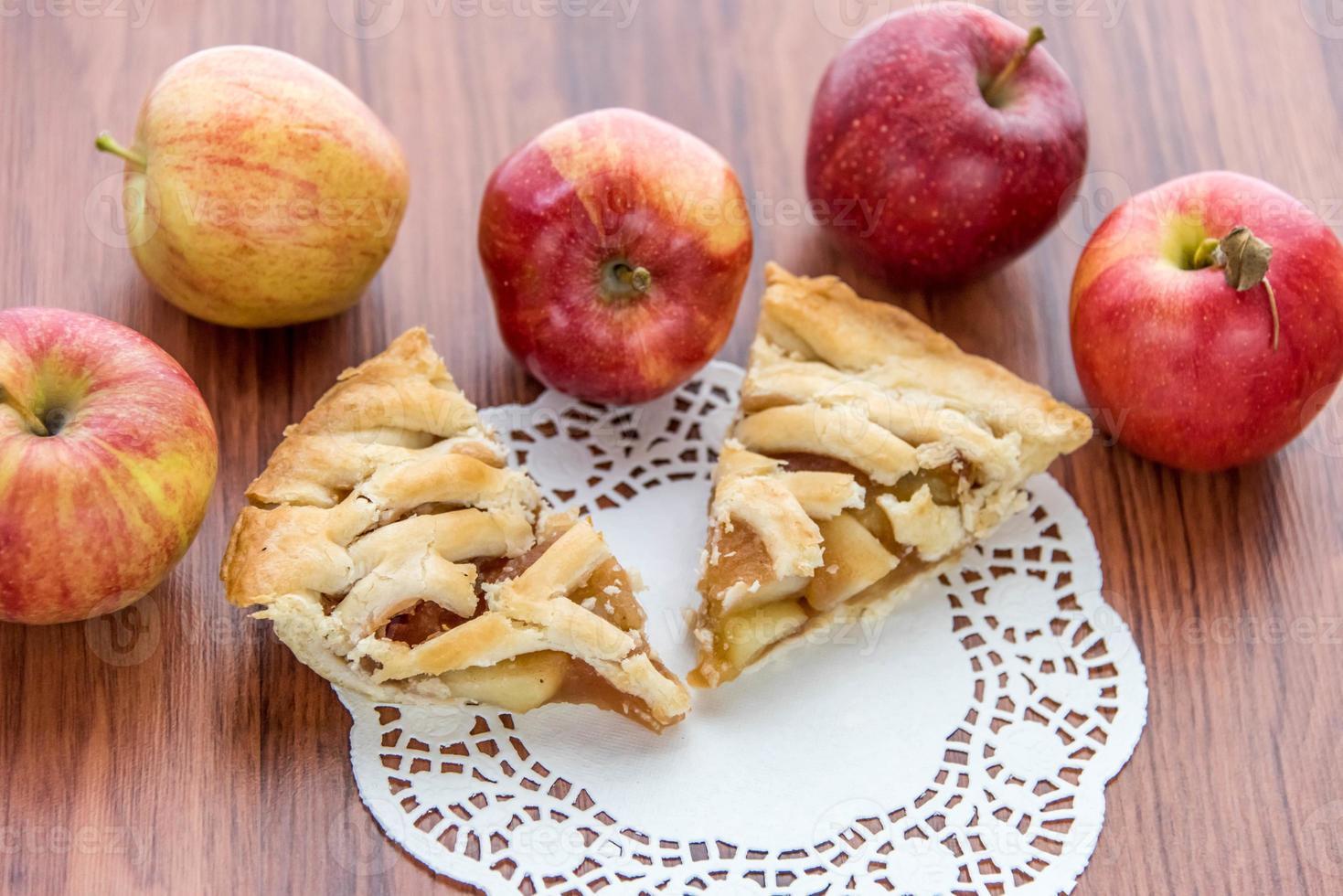 vers gebakken gesneden appeltaart foto