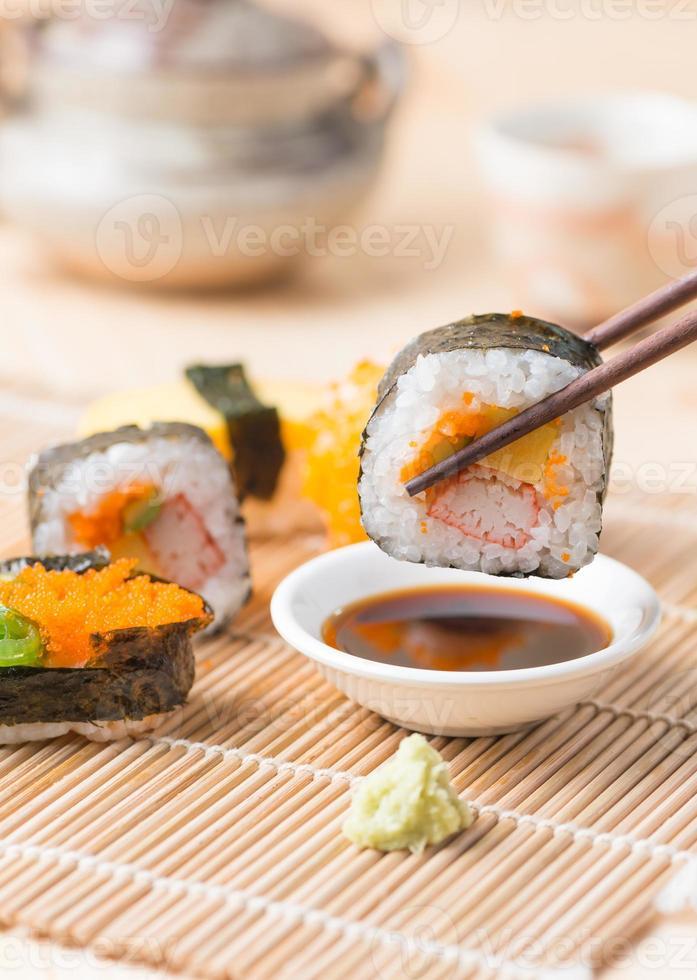 sushi op stokjes foto