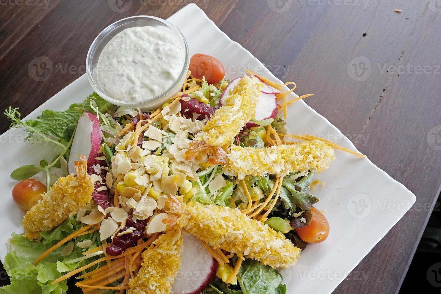 verse groentesalade met tempura op de top foto