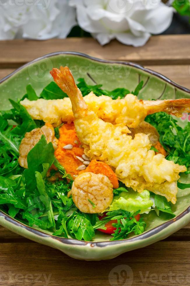 verse Japanse tempura garnalen met salade foto