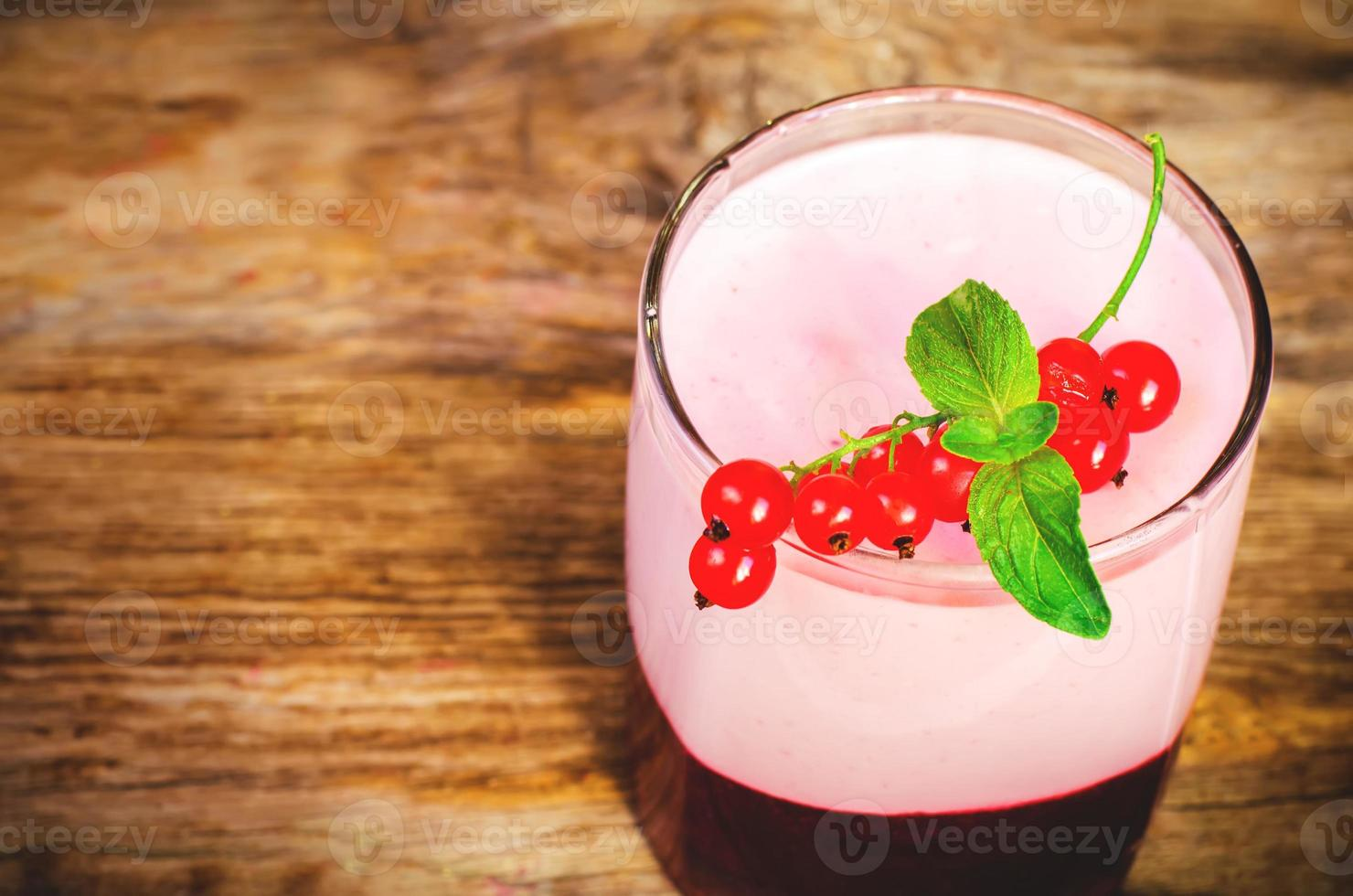 soufflé met rode aalbessen in het glas foto