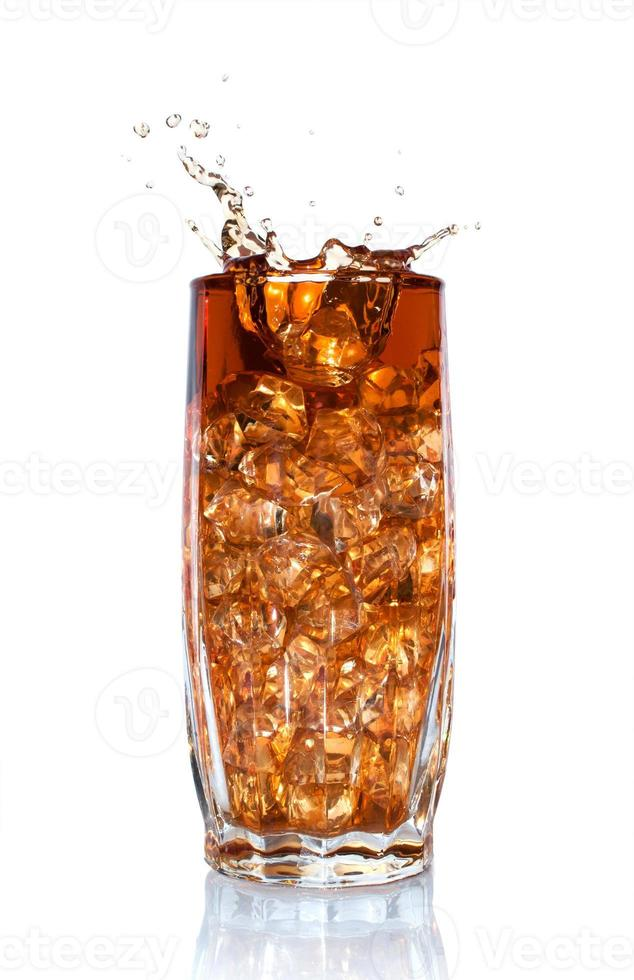 scheutje cola in glas met ijs foto