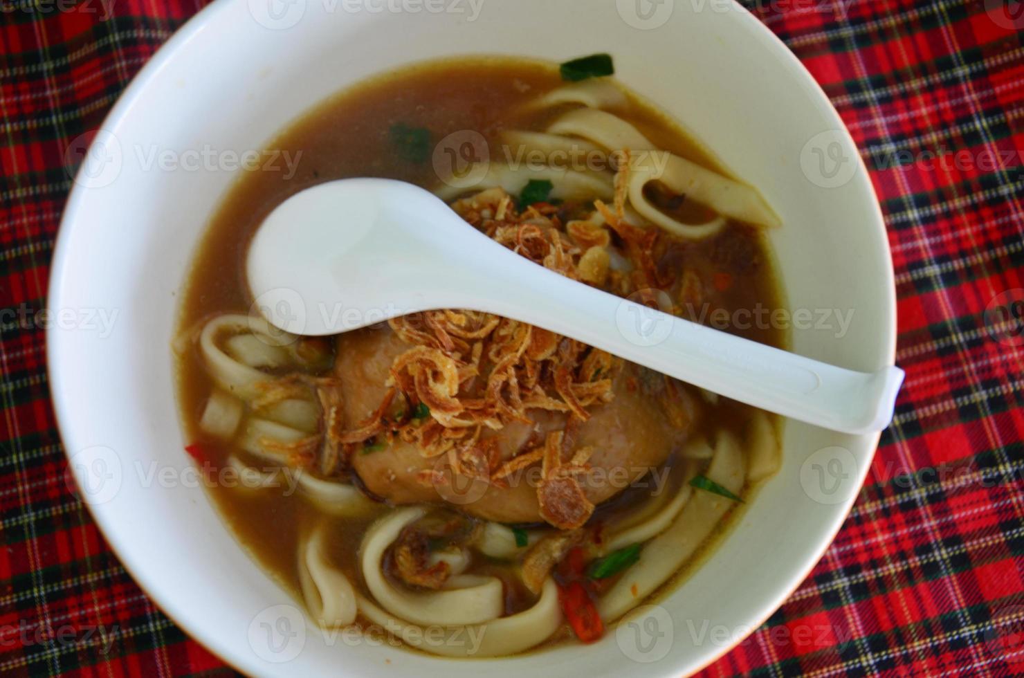 pasta noodle met pittige kip tom yamsoep foto