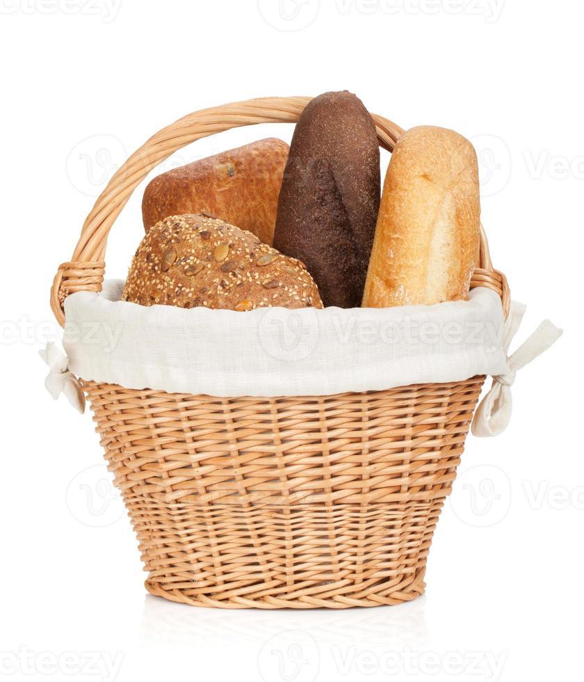 picknickmand met diverse soorten brood foto