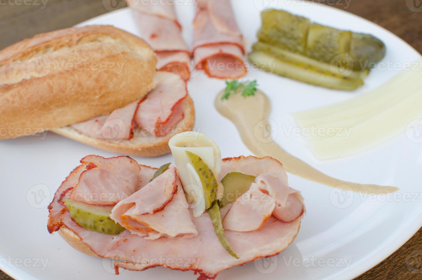 open sandwich met kaas, baquette, ham foto