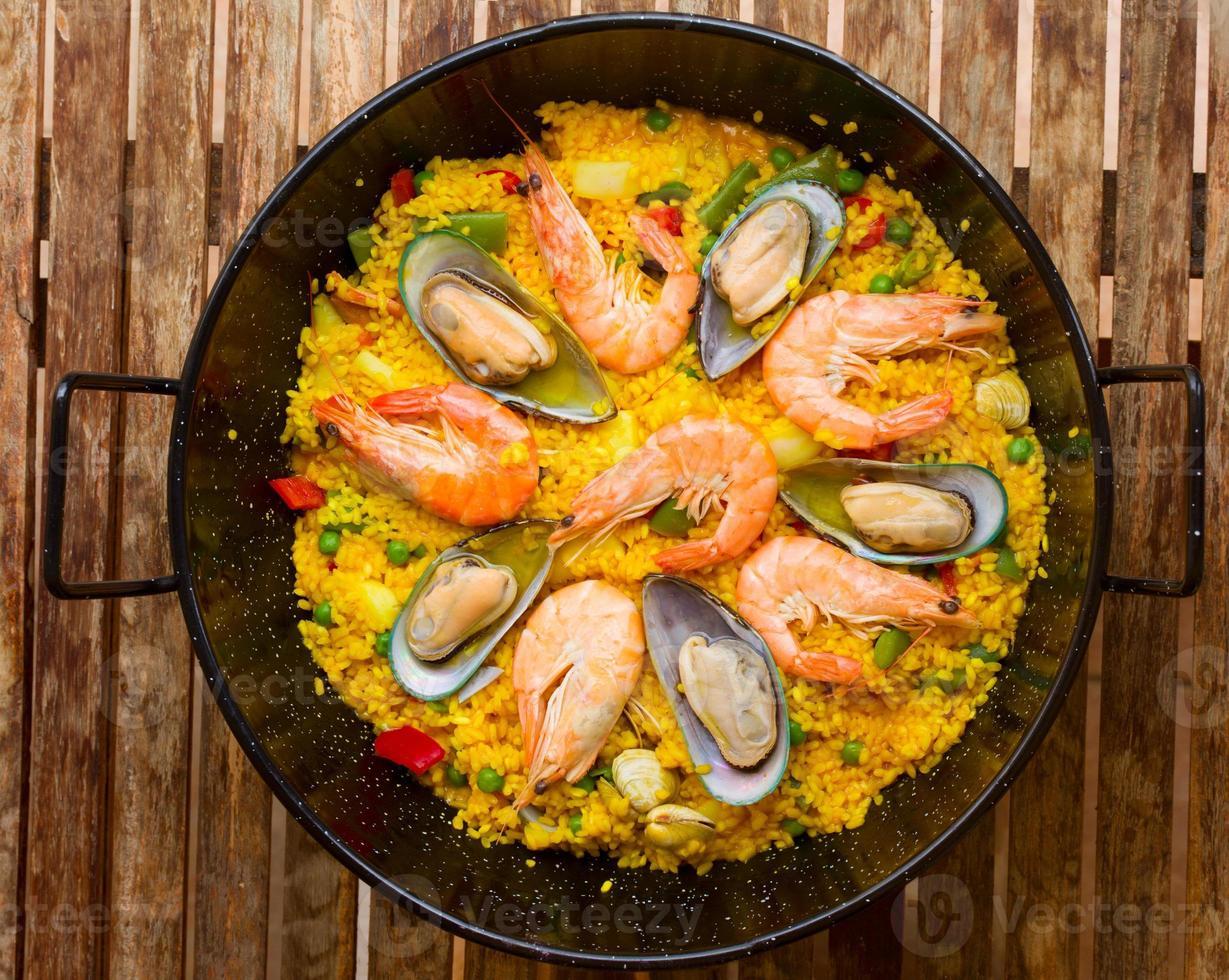 paella met zeevruchten - traditioneel Spaans gerecht foto