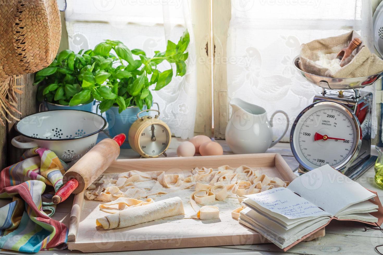 bereidingen voor tagliatelle gemaakt van verse ingrediënten foto