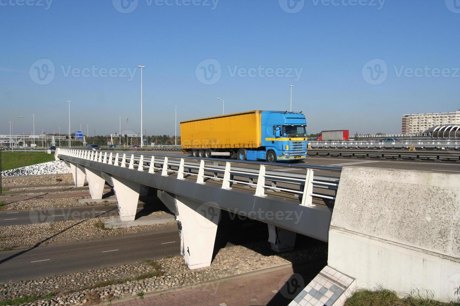 snelweg viaduct met vrachtwagen foto