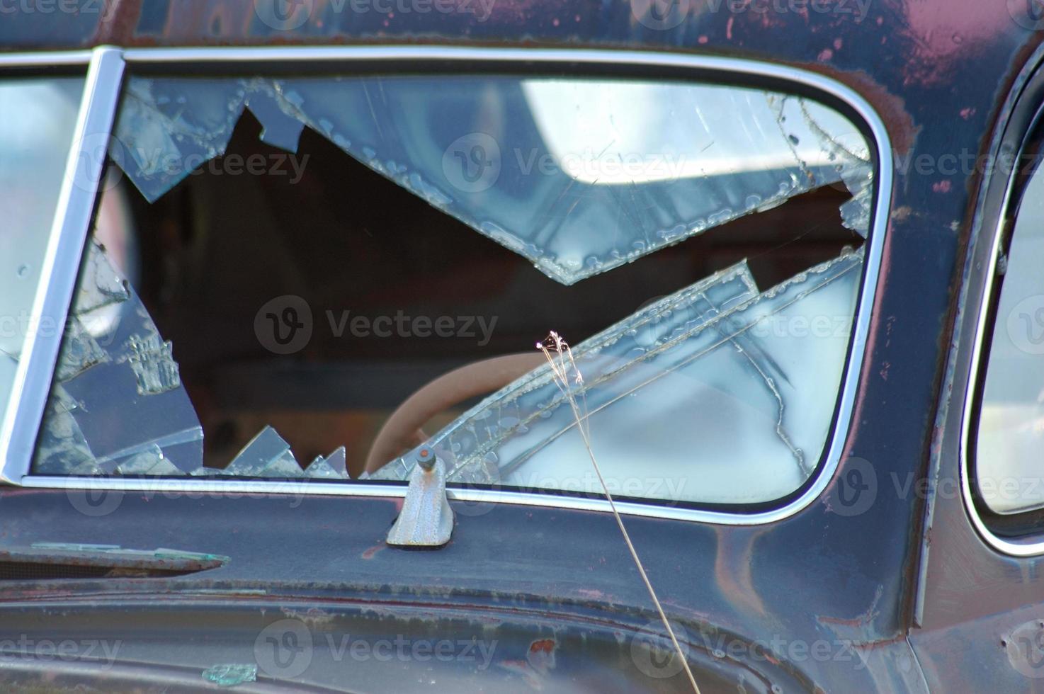 klassieke auto wrak - gebroken raam foto