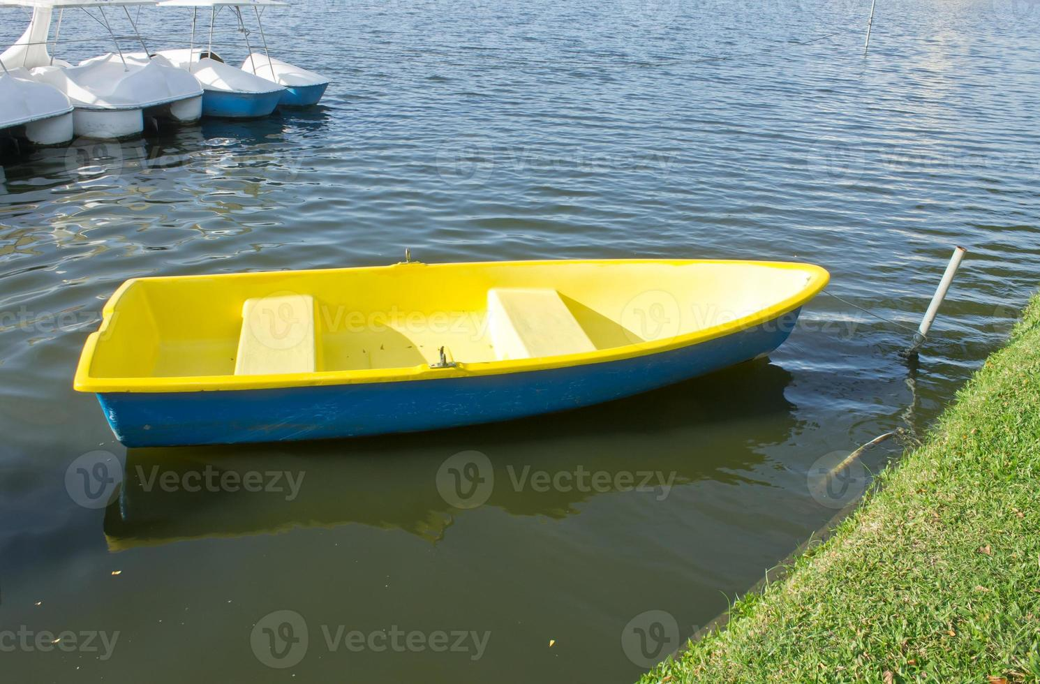 gele roeiboot foto