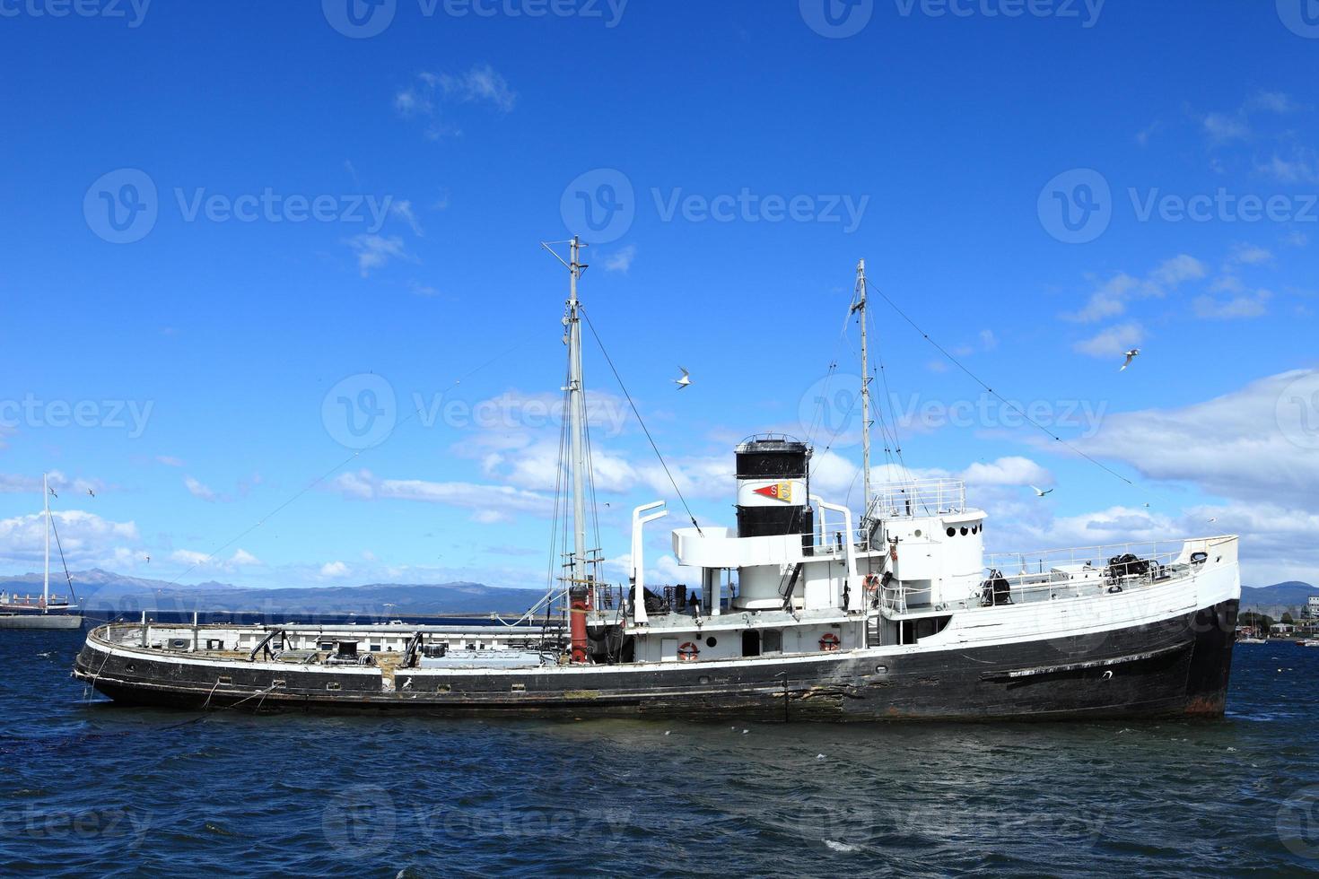 schiffswrack fischkutter in ushuaia argentinien foto