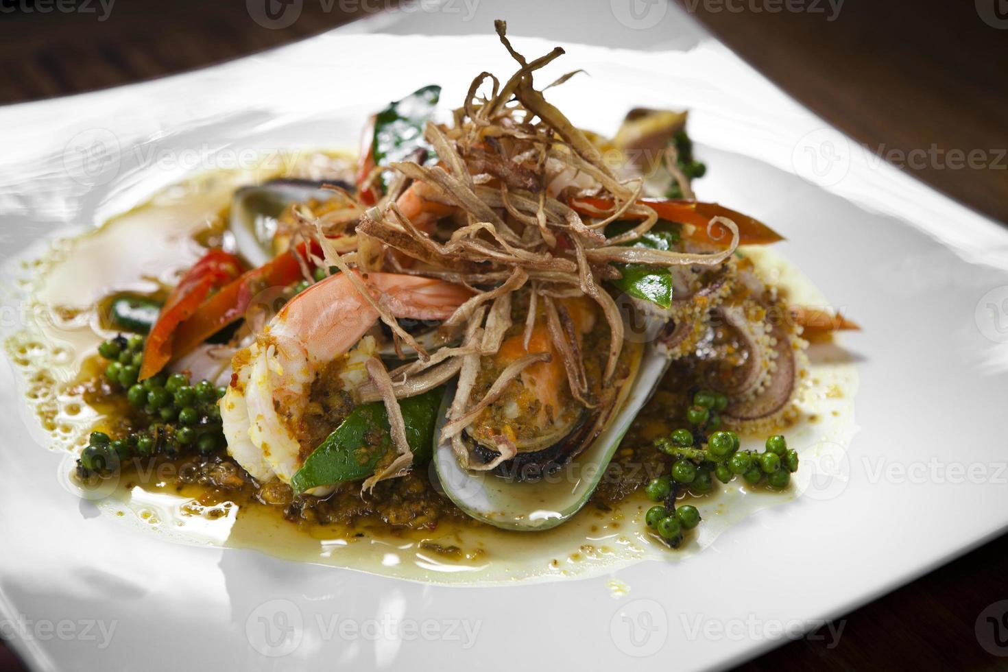 zeevruchten gebakken met pikante saus foto