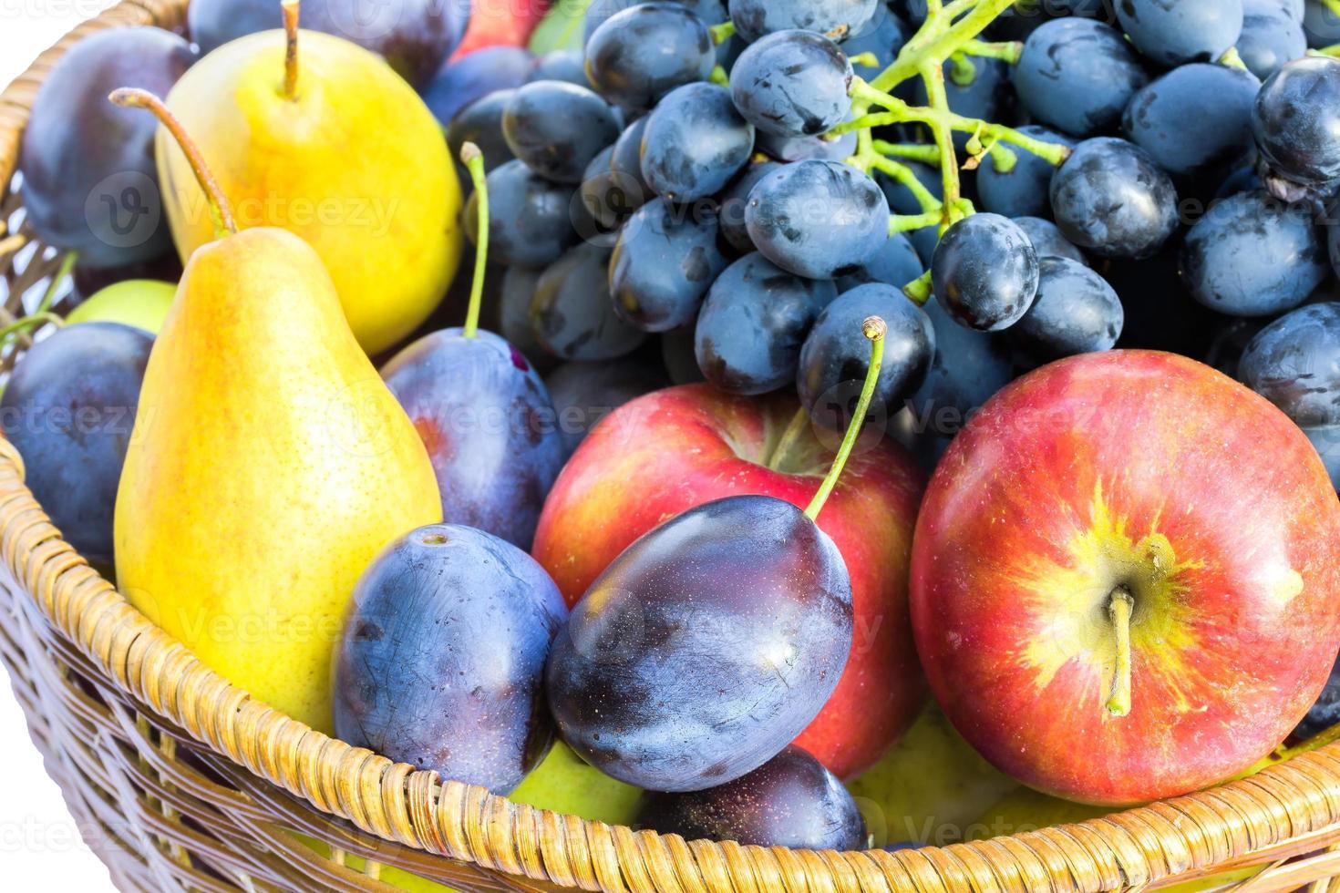 rijp fruit in een rieten mand close-up foto