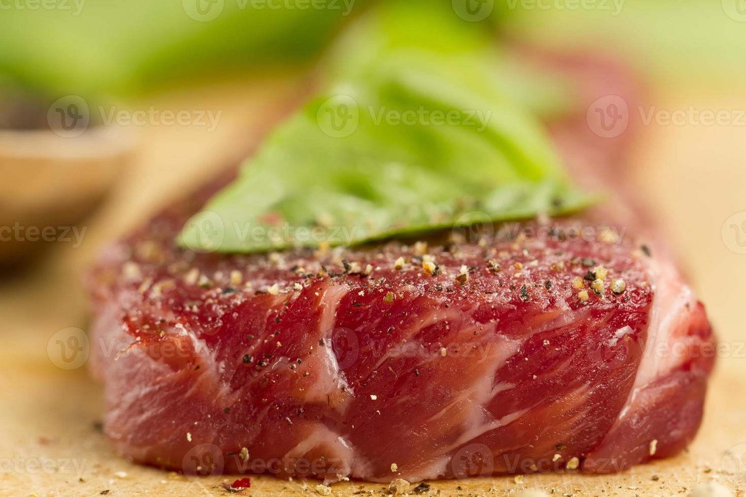 rauw varkensvlees op snijplank met kruiden foto