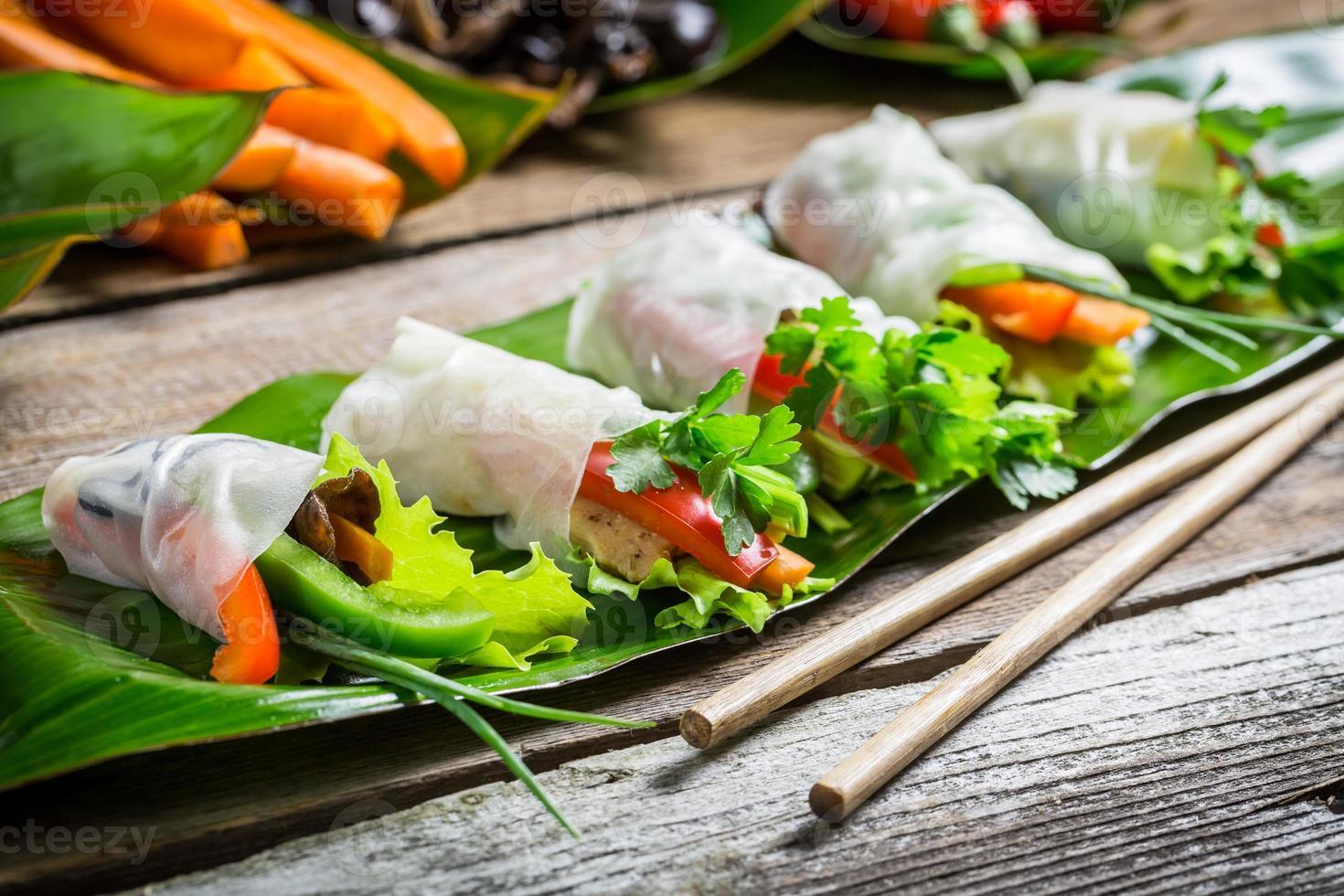 loempia's met groenten en kip foto
