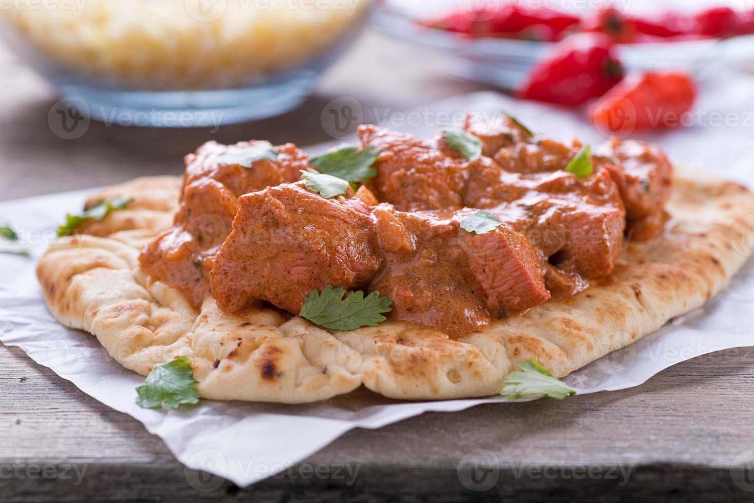 boter kip curry geserveerd op naan foto