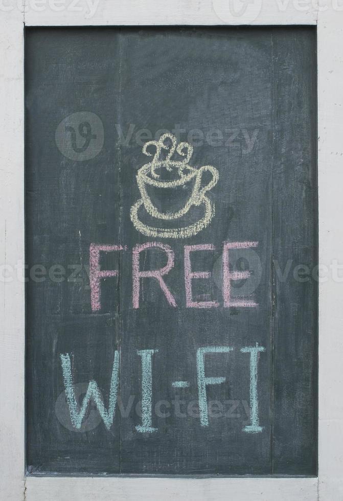 gratis wifi in krijt op het bord van een restaurant foto